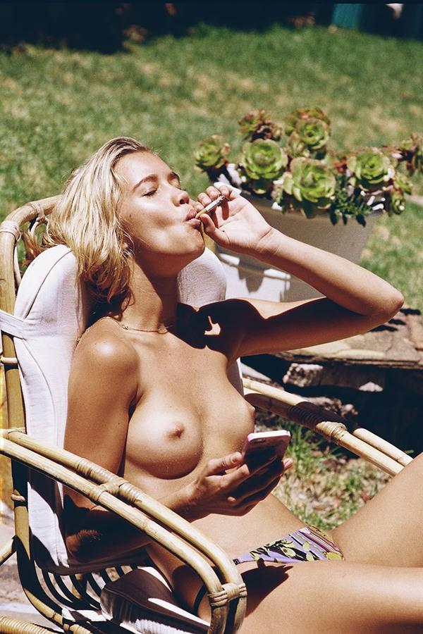 fumeuse topless
