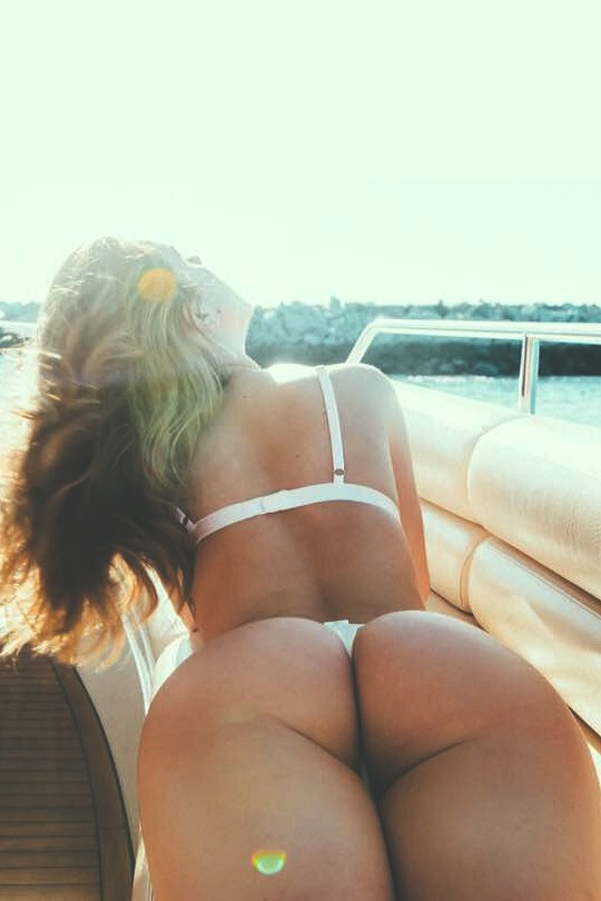 nue sur son yatch