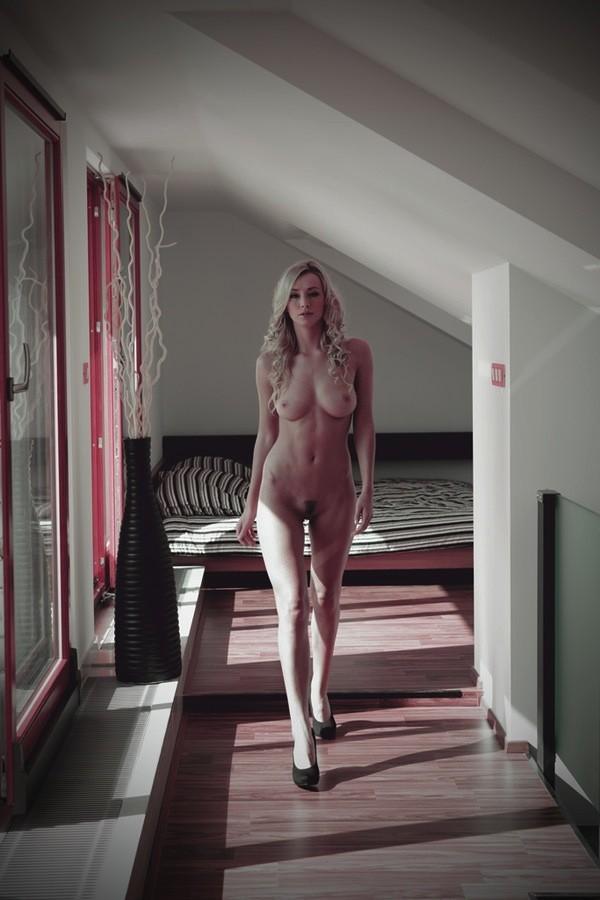 elle marche nue