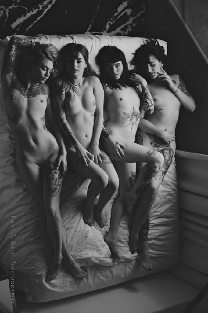 nue dans leur lit