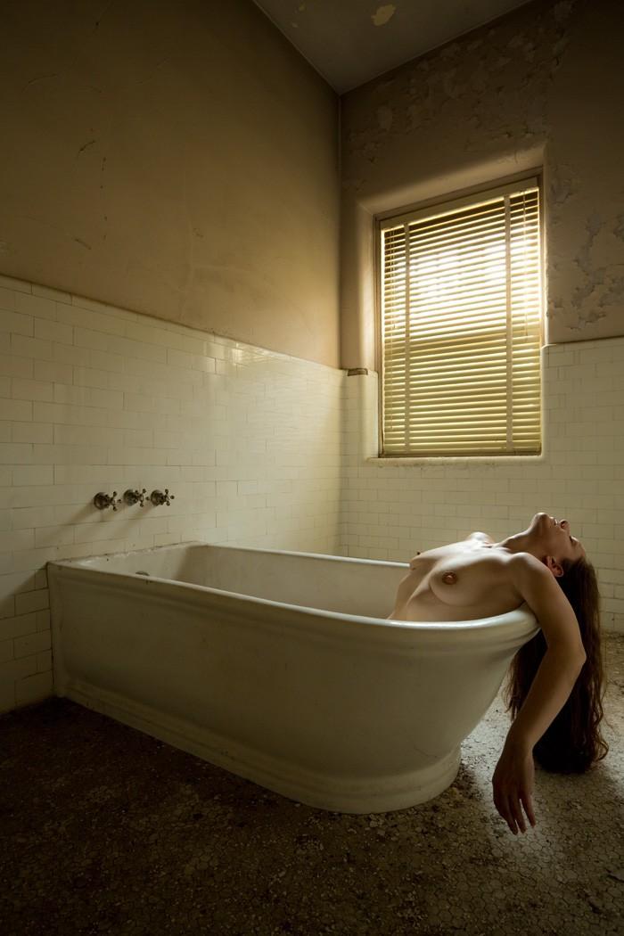 nue dans sa baignoire