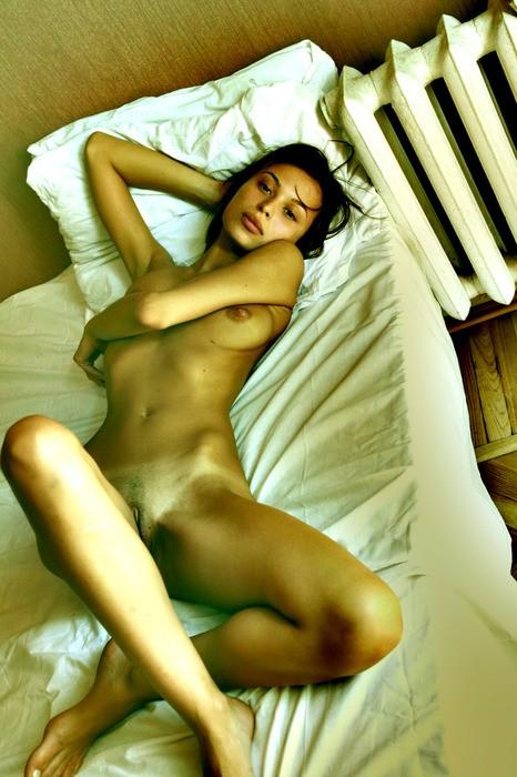 nue dans sa chambre