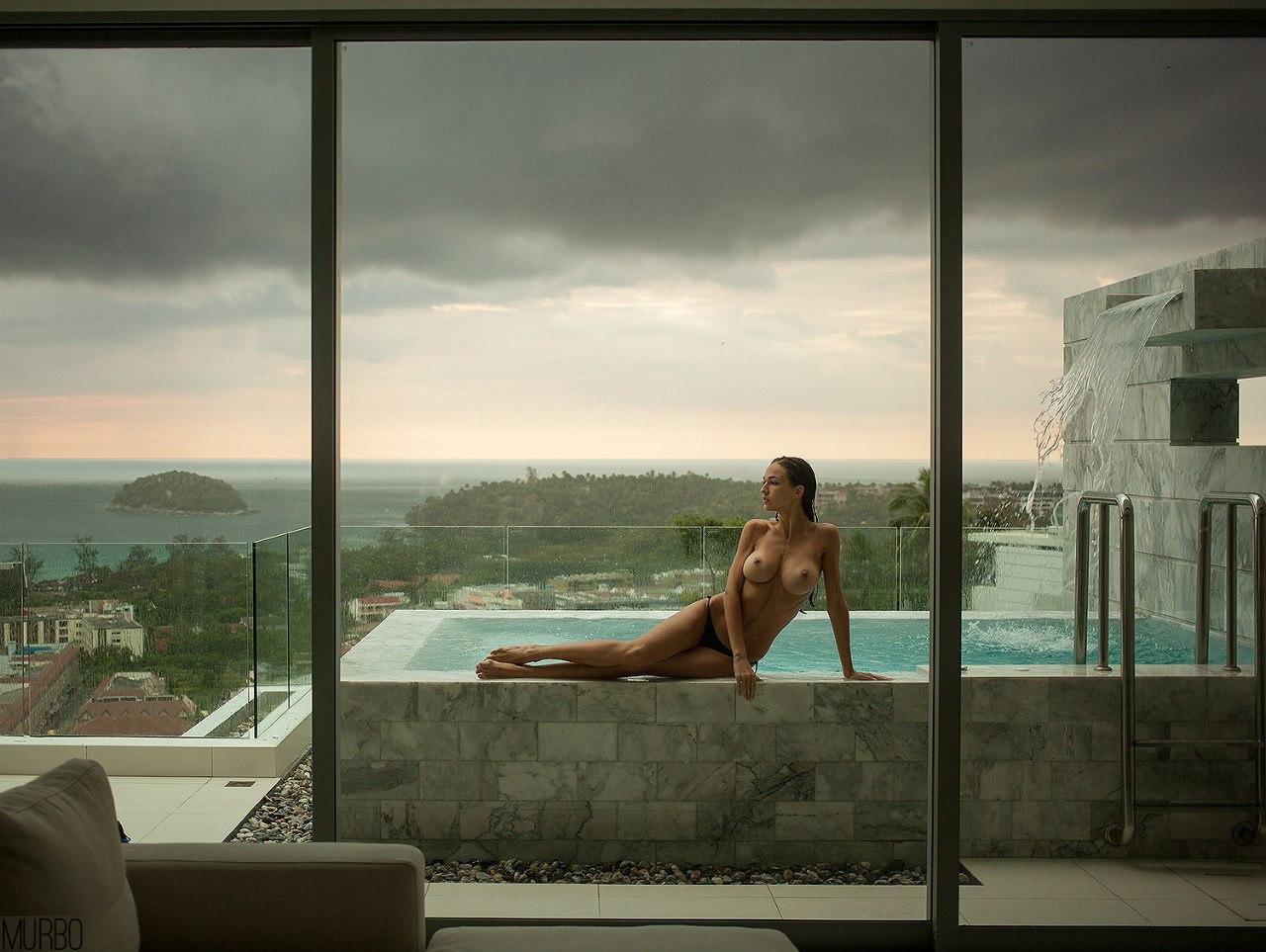 nue sur le balcon