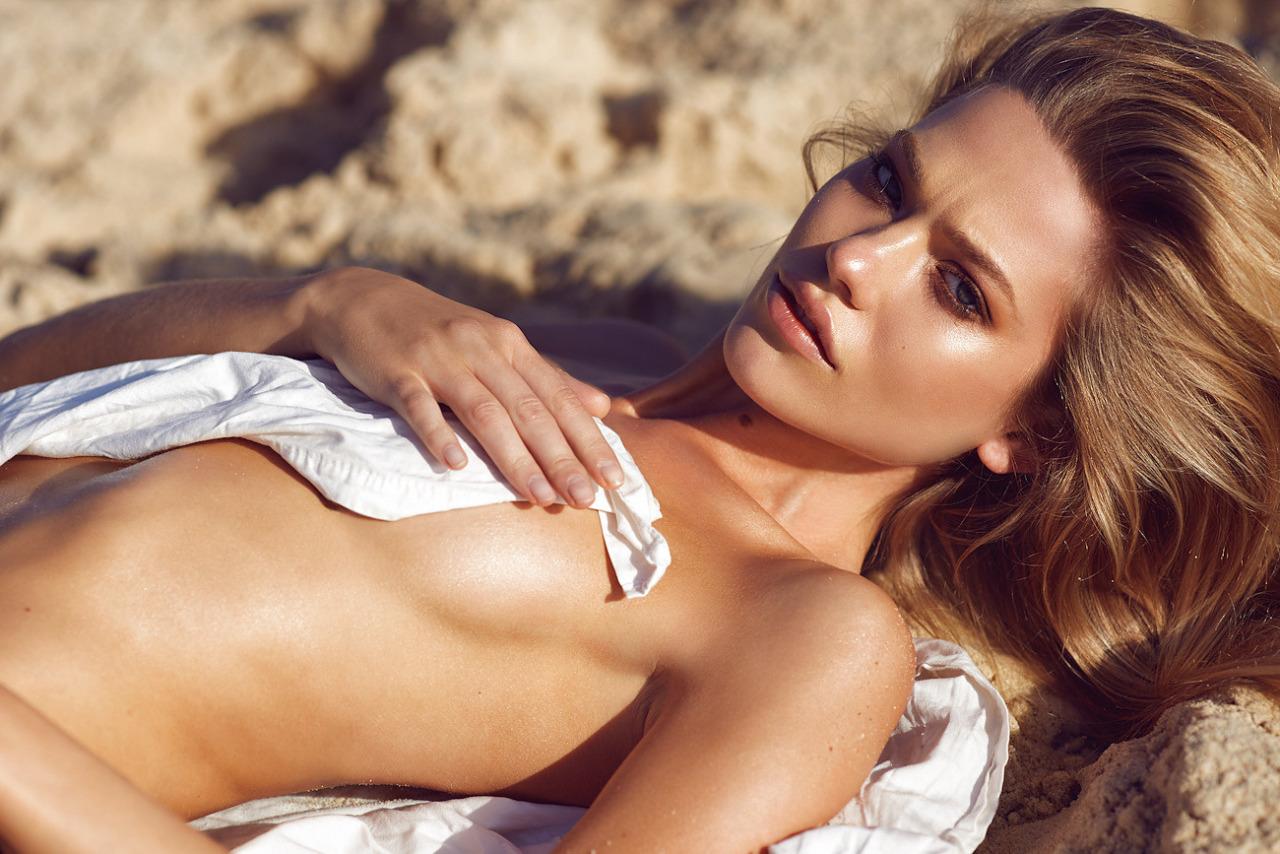 belle blonde topless nue