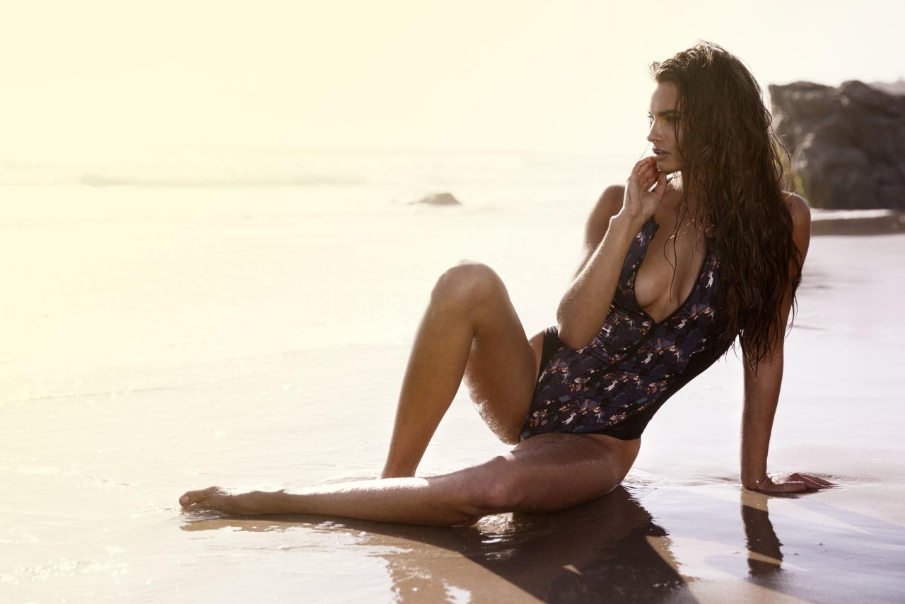 belle femme brune en bikini