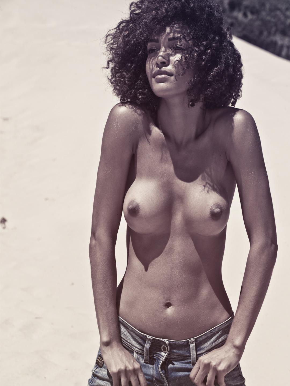femme metisse seins à l'air