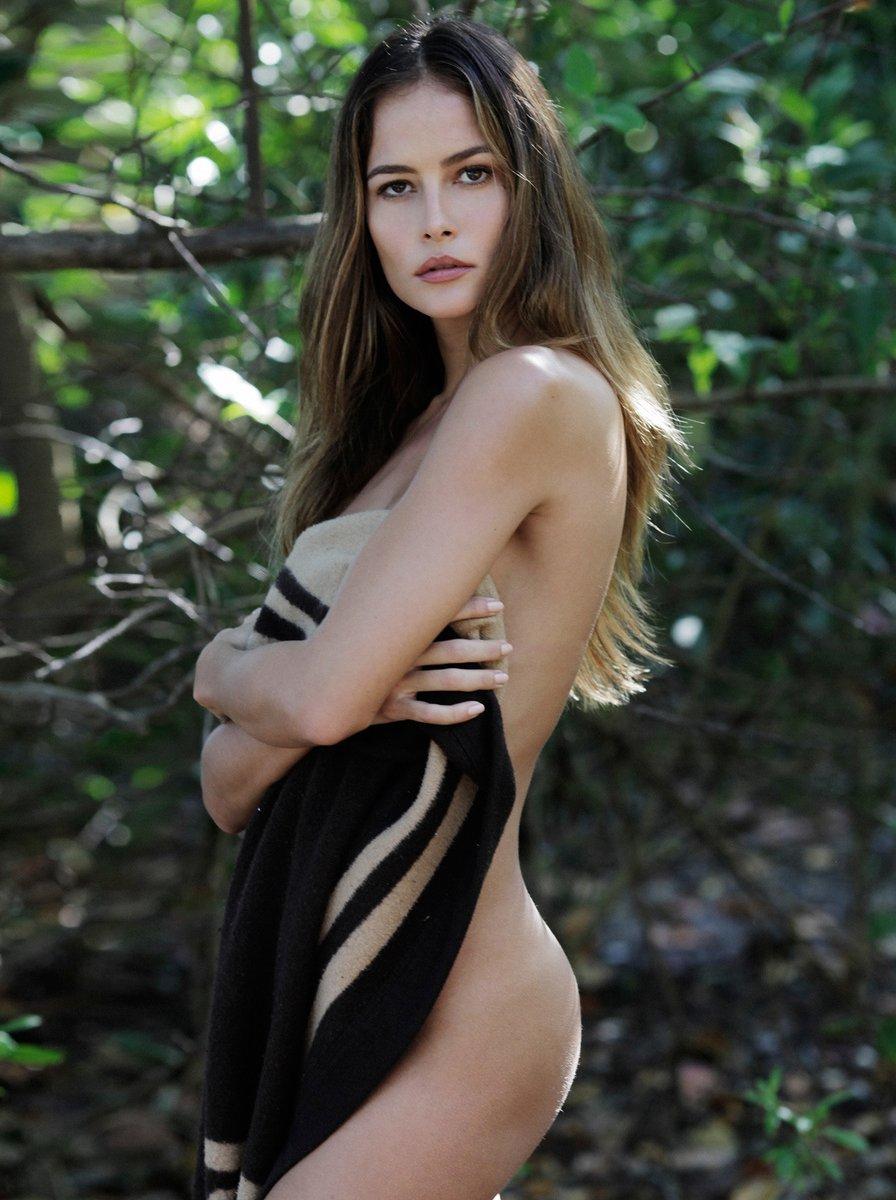 magnifique femme brune nue
