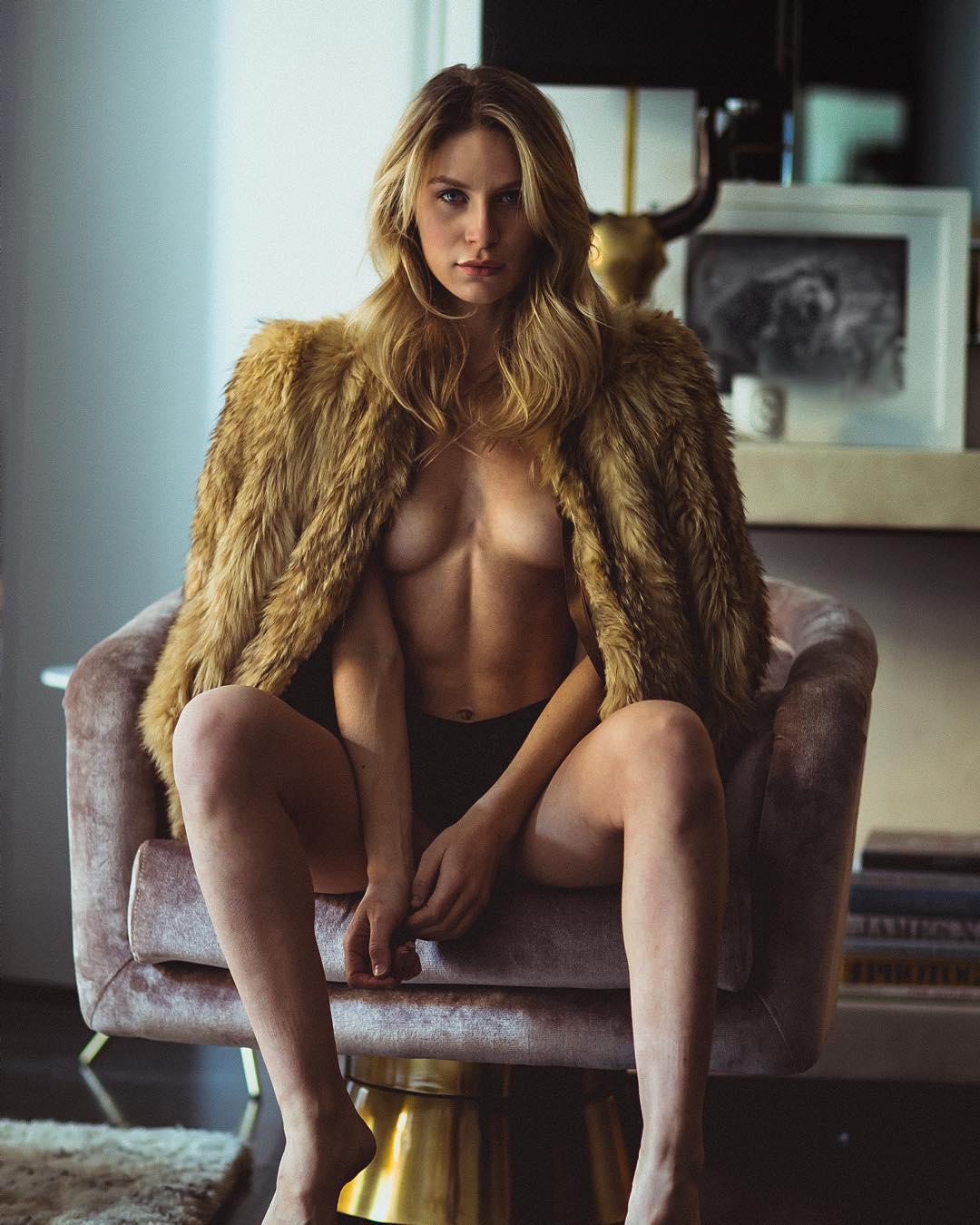 nue sous son manteau