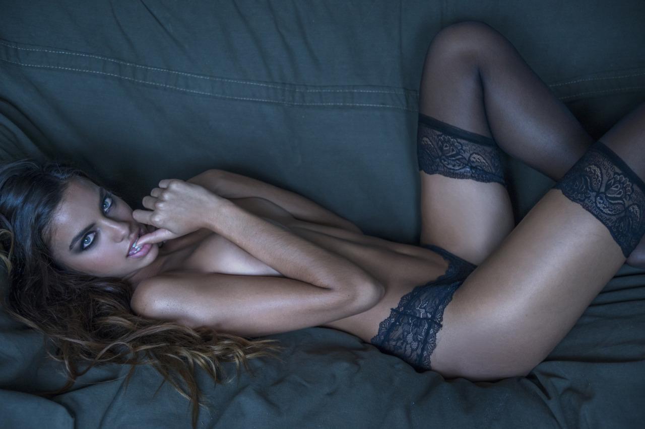 nue sur son canapé