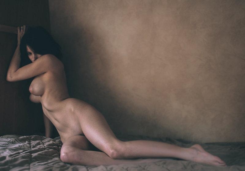 femme nue sur son lit