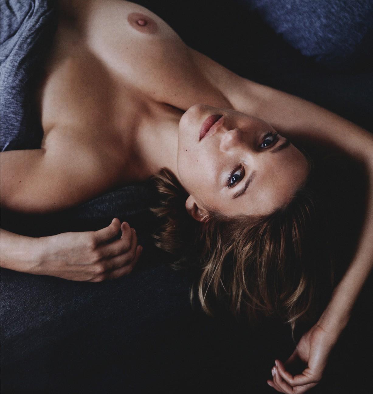brune nue au reveil