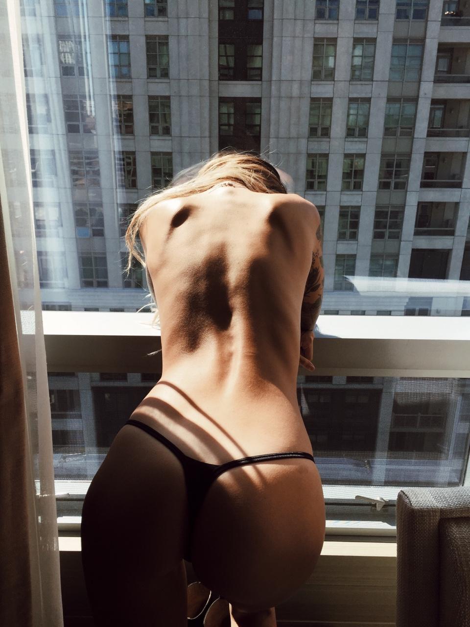 topless sur le balcon