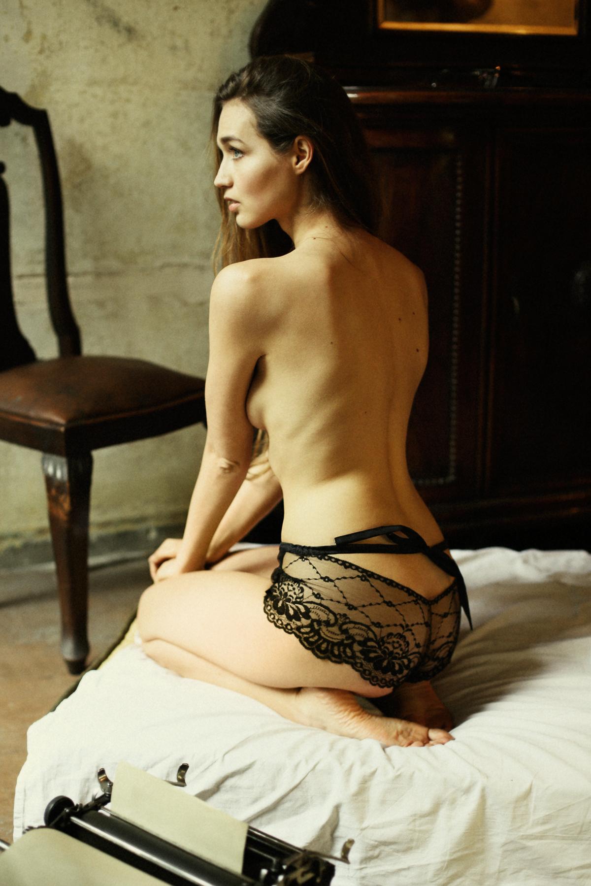 femme-brune-nue