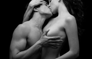 couple-nu-baiser-tendresse-caresse-sein-main-dans-cheveux