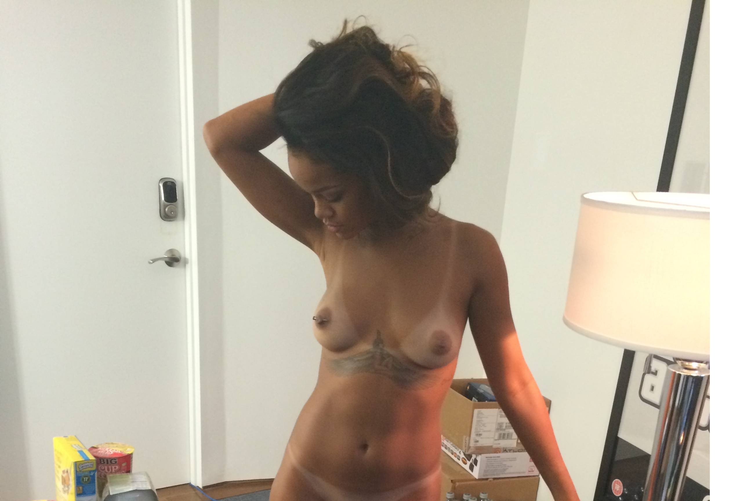 rihanna-shows-her-pussy