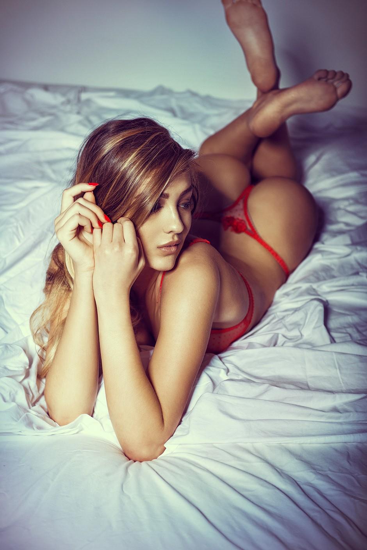 belle femme en string rouge