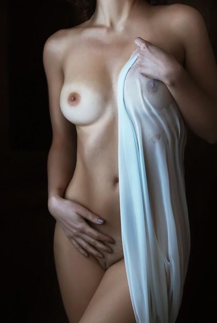 belle femme se caresse