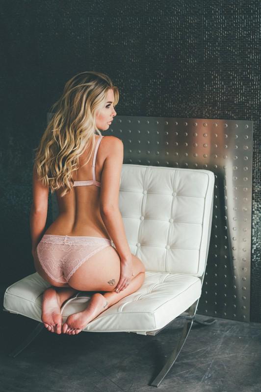 blonde en culotte transparente