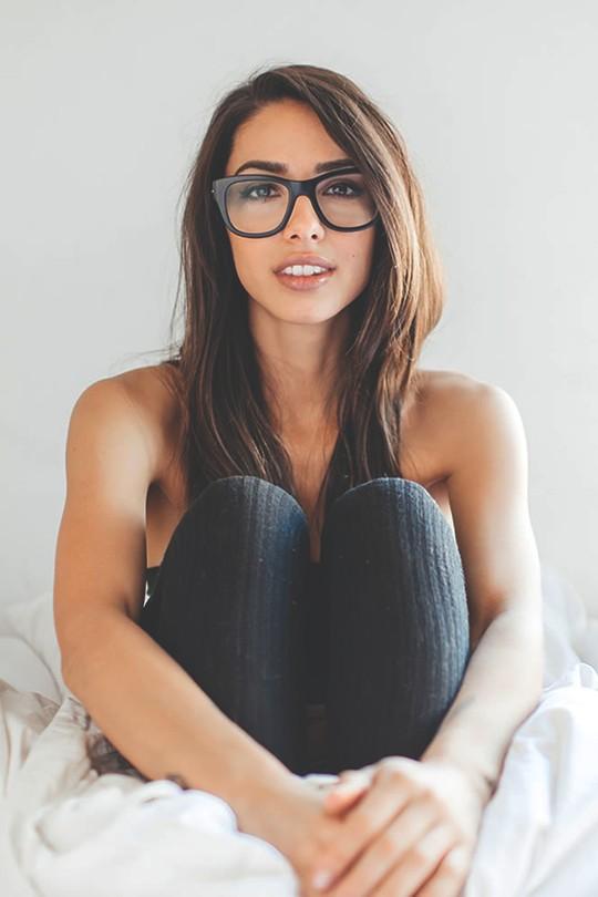 brunette à lunettes