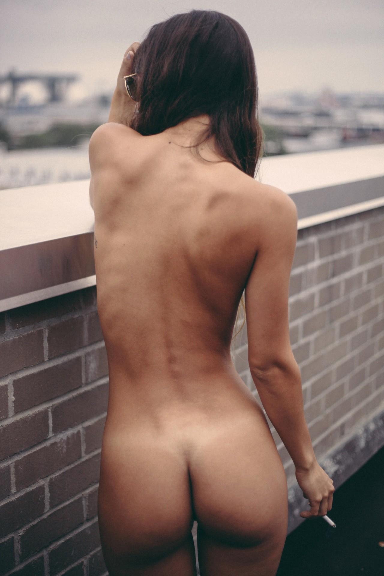 brunette fume nue