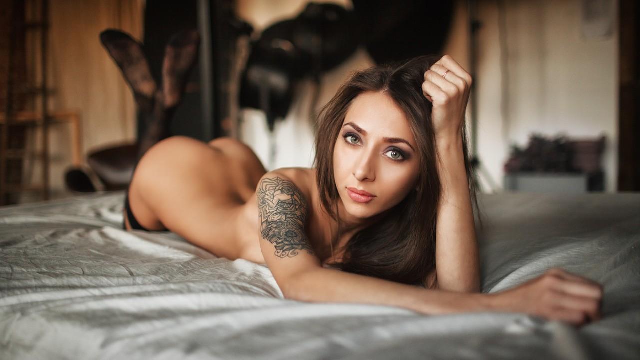brunette nue sur le ventre