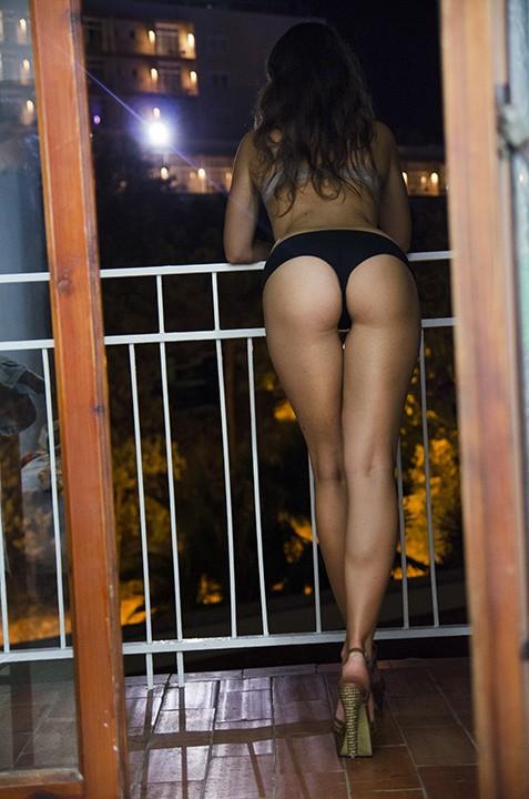 en string sur son balcon