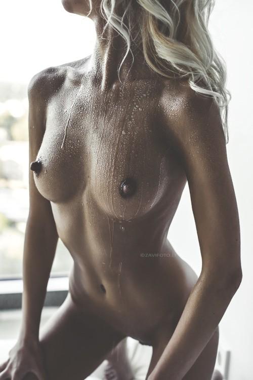 femme nue en sueur
