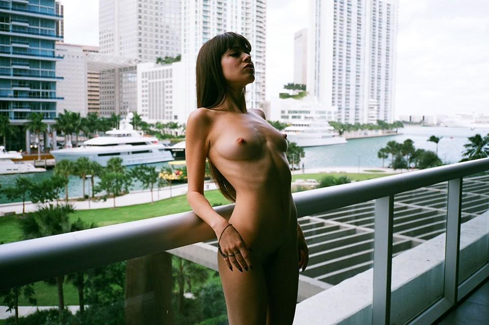 femme nue sur son balcon