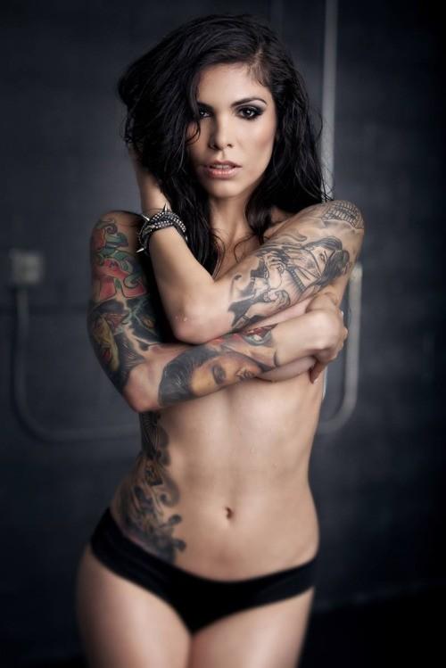 femme tatouée nue