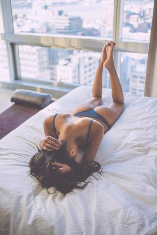 nue dans son lit