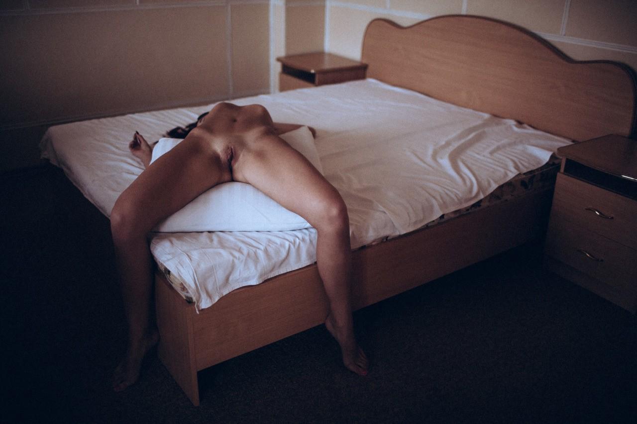nue jambe écartée