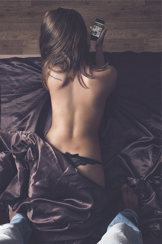 nue regardant bonsoir mademoiselle