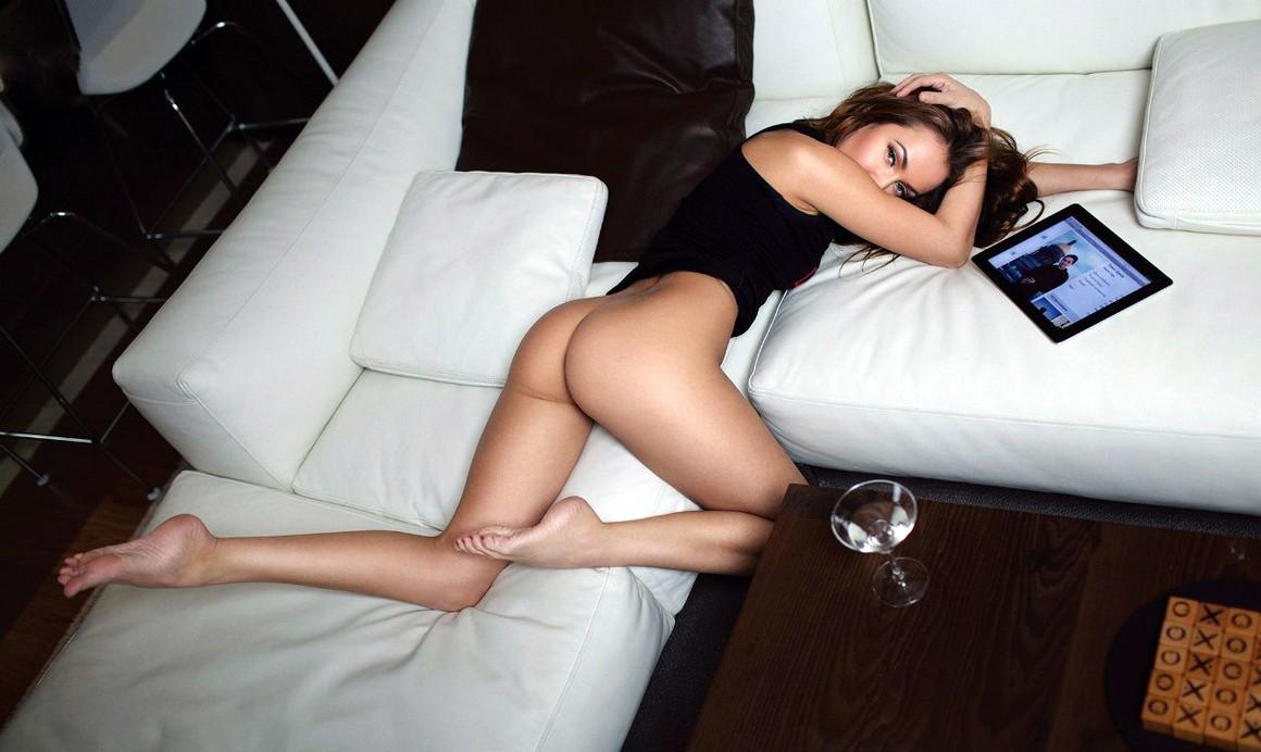 sans culotte sur son canapé