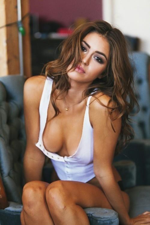 seins nus sous le decolleté