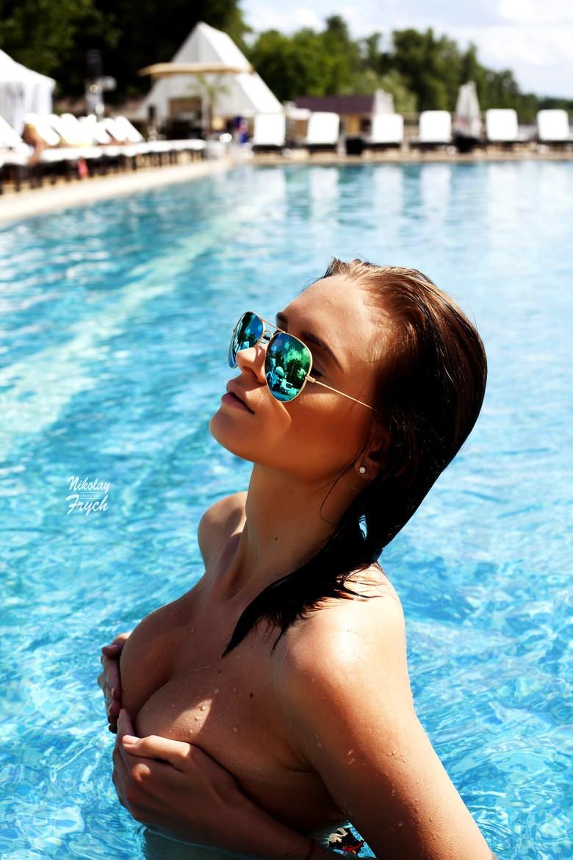 topless à la piscine