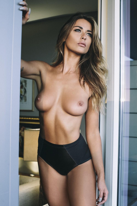 topless dans la chambre