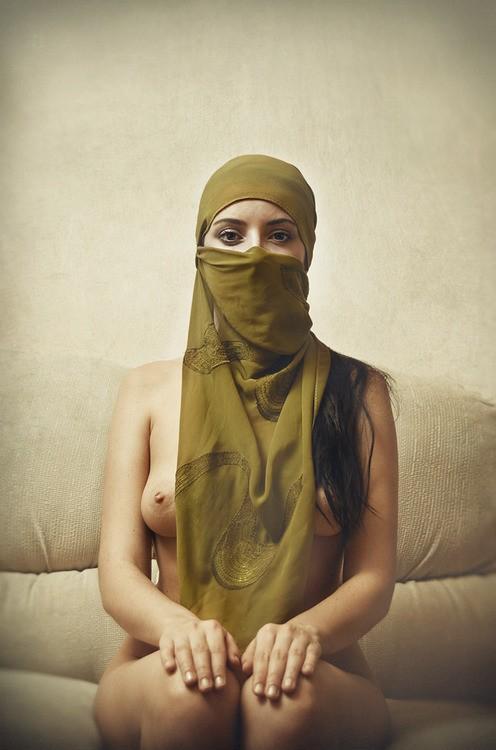 femme voilée nue