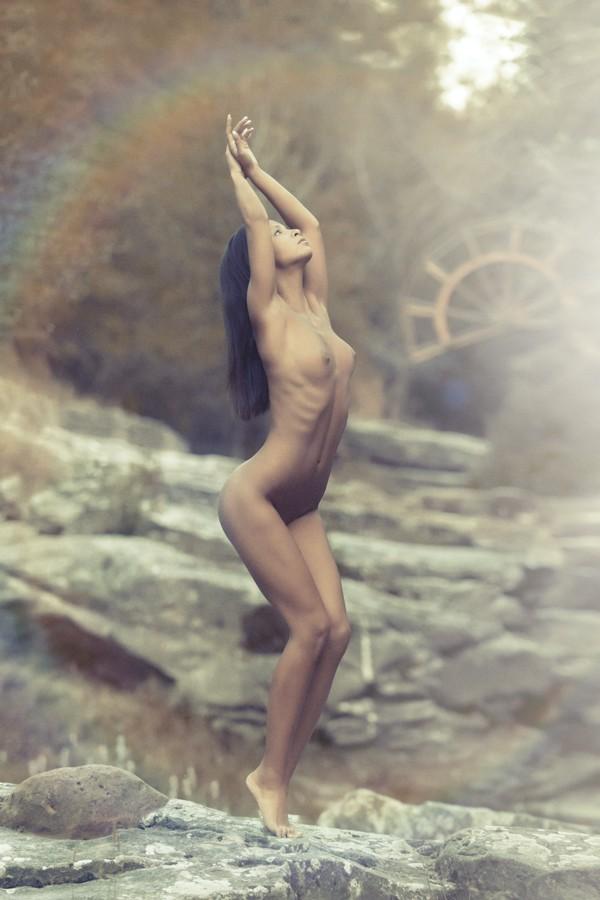 nue sur un rocher