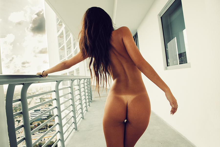 nue sur son balcon