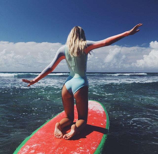 nue sur son surf