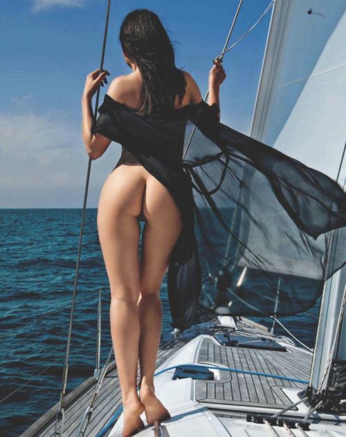 nue sur son voilier