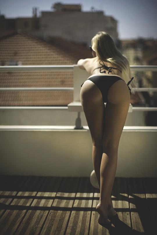 penchée sur son balcon