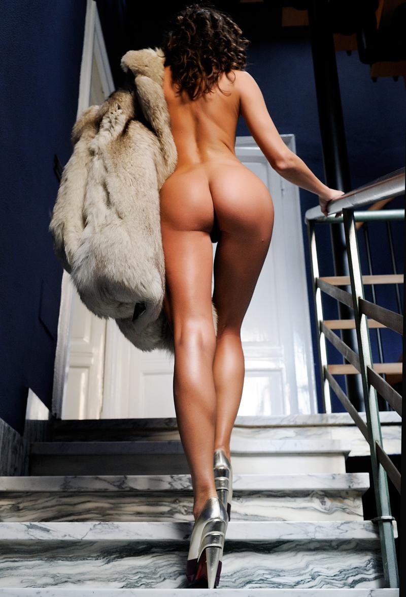 bottom nude