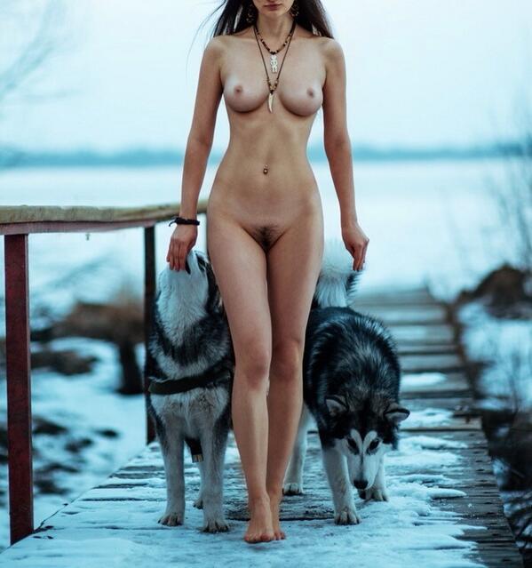 nue avec les loup