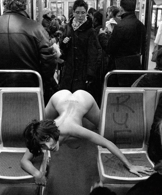 nue dans le métro