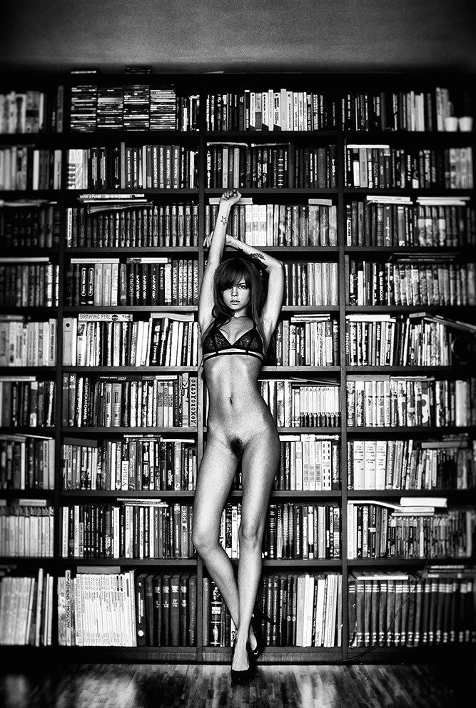 nue dans une bibliothèque