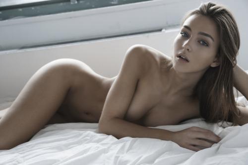nue sur son lit