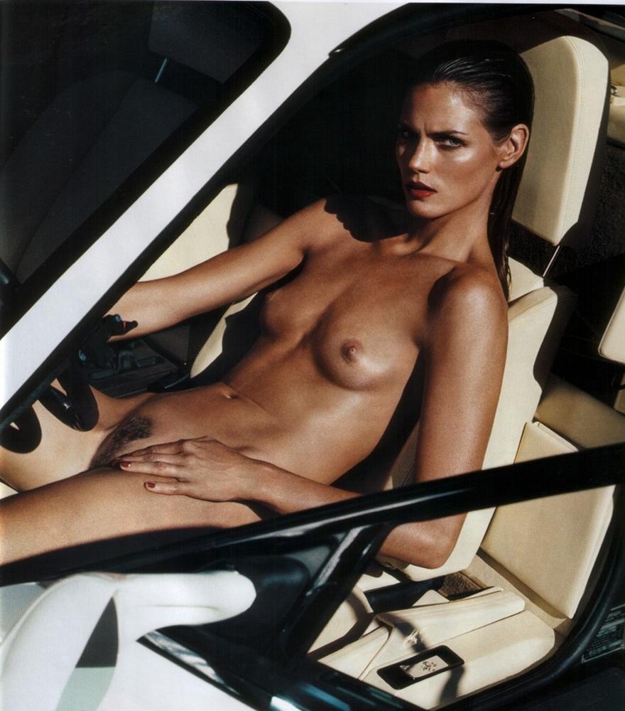 nue dans sa voiture