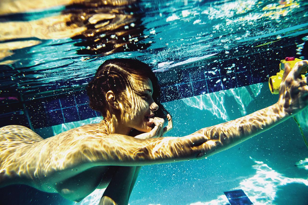 nue sous l'eau