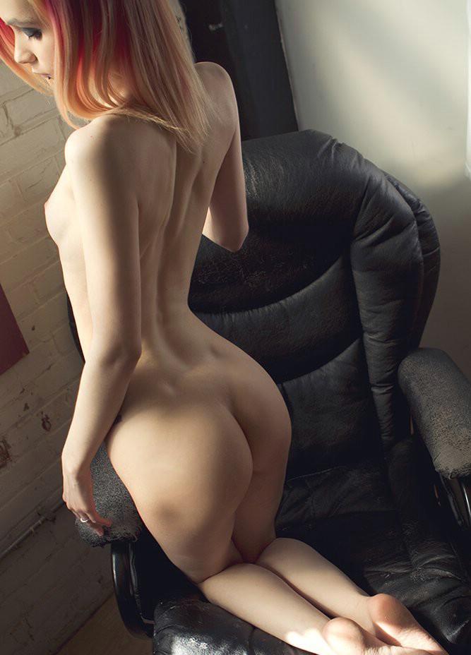 nue sur le fauteuil